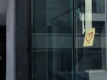 I biglietti di S. Valentino inviano in un ufficio Immagini Stock