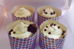 I bigné decorati di compleanno con cioccolato spruzza Immagini Stock Libere da Diritti