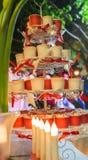 I bigné stanno con la bella candela nel fondo vago Fotografie Stock