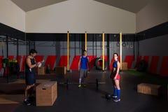 I bilancieri di allenamento del gruppo della palestra sbattono le palle e saltano Fotografie Stock Libere da Diritti