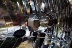i billyktor för en bil arkivfoto