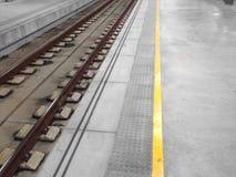 I binari ferroviari permettono che i treni si muovano fotografie stock libere da diritti