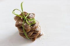 I biscotti bavaresi hanno ghiacciato con la polvere dello zucchero sui precedenti bianchi Fotografie Stock Libere da Diritti