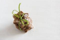 I biscotti bavaresi hanno ghiacciato con la polvere dello zucchero sui precedenti bianchi Immagini Stock