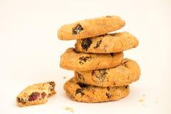 I biscotti con l'uva passa hanno piegato il mucchio su un fondo bianco Fotografie Stock