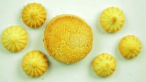 I biscotti del burro arrotondano, circondato dai piccoli biscotti Movimento in un cerchio Fatto a mano stock footage