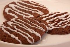 I biscotti del cioccolato hanno piovigginato con la glassa della vaniglia Fotografia Stock Libera da Diritti