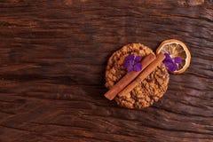 I biscotti del cioccolato si avvicinano al fiore sui precedenti della quercia Concetto sano della prima colazione di mattina Disp fotografia stock libera da diritti