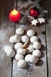 I biscotti del pan di zenzero di Natale con la cannella della candela stars la lampadina di natale del ramoscello del pino sul pa Fotografia Stock Libera da Diritti