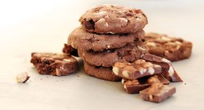 I biscotti deliziosi con cioccolato mettono su una tavola Fotografia Stock