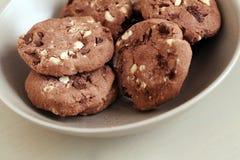 I biscotti deliziosi si trova nella tazza sulla tavola Immagine Stock