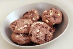 I biscotti deliziosi si trova nella tazza sulla tavola Fotografia Stock