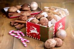 I biscotti della cannella di Natale nel fondo di legno della caramella gommosa e molle del bastoncino di zucchero della cannella  Fotografie Stock Libere da Diritti