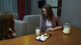 I biscotti della latteria di tradizioni della famiglia riscaldano l'ora di andare a letto del latte archivi video