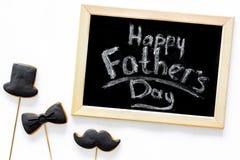 I biscotti dello smoking, dei baffi e del cappello sui bastoni per il giorno felice del ` s del padre presentano a biscotti il fo Fotografia Stock Libera da Diritti