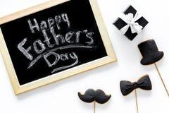 I biscotti dello smoking, dei baffi e del cappello sui bastoni per il giorno felice del ` s del padre presentano a biscotti il fo Immagine Stock Libera da Diritti