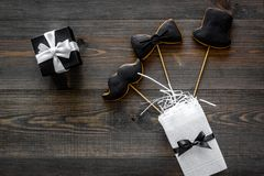 I biscotti dello smoking, dei baffi e del cappello sui bastoni per il giorno felice del ` s del padre presentano a biscotti il fo Immagine Stock