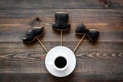 I biscotti dello smoking, dei baffi e del cappello sui bastoni per il giorno felice del ` s del padre presentano a biscotti il fo Immagini Stock Libere da Diritti