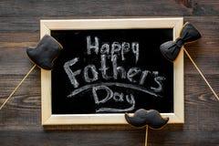 I biscotti dello smoking, dei baffi e del cappello sui bastoni per il giorno felice del ` s del padre presentano a biscotti il fo Fotografia Stock
