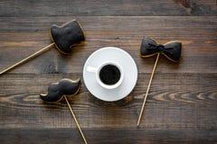 I biscotti dello smoking, dei baffi e del cappello sui bastoni per il giorno felice del ` s del padre presentano a biscotti il fo Fotografie Stock