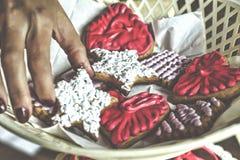 I biscotti dello zenzero con crema di varie forme sulla confetteria stanno Cottura di natale Fotografie Stock