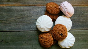 i biscotti di farina d'avena e le caramelle gommosa e molle si trovano sui bordi di legno Fotografia Stock Libera da Diritti