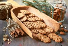 I biscotti di mandorla in pala di legno del larde con i dadi della mandorla, zuccherano Fotografia Stock