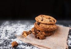 I biscotti di pepita di cioccolato su fondo scuro withmelted il pla della farina Fotografia Stock Libera da Diritti