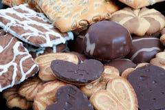 I biscotti di pepita di cioccolato e della caramella gommosa e molle si trovano su una banda nera fotografia stock libera da diritti