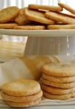 I biscotti di zucchero vanigliato fatti domestici deliziosi dei biscotti sul piedistallo agglutinano il piatto Immagini Stock