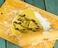 I biscotti e la taglierina non cotti del biscotto si forma sulla tavola Fotografie Stock Libere da Diritti