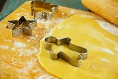 I biscotti e la taglierina non cotti del biscotto si forma sulla tavola Immagini Stock Libere da Diritti