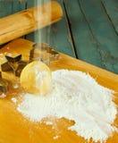 I biscotti e la taglierina non cotti del biscotto si forma sulla tavola Fotografie Stock