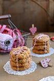 I biscotti ed il canestro del mirtillo rosso con i nastri rossi e bianchi, attorcigliano la a Fotografia Stock Libera da Diritti