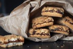 I biscotti hanno riempito di inceppamento in un pacchetto di carta fotografia stock