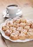 I biscotti hanno spruzzato con lo zucchero un la tazza di caffè Fotografie Stock