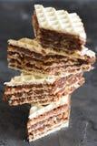 I biscotti impilati casalinghi del wafer agglutinano fotografia stock libera da diritti