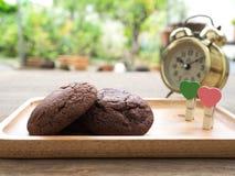 I biscotti molli casalinghi del brownie del cioccolato fondente disposti su un piatto di legno con cuore hanno modellato la graff Immagine Stock Libera da Diritti