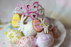i biscotti pastelli felici del coniglietto dei eastereggs di pasqua presentano il diadema della corona di principessa Immagine Stock