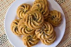 I biscotti spruzzati con il papavero su un piatto bianco Fotografie Stock Libere da Diritti