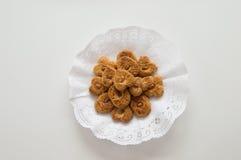 I biscotti tradizionali hanno presentato in un vassoio su fondo bianco Fotografia Stock