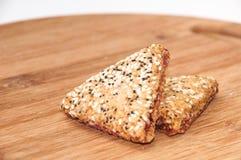 I biscotti triangolari con le ciliege su un bordo di legno della cucina Fotografie Stock