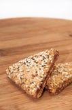 I biscotti triangolari con le ciliege su un bordo di legno della cucina Immagine Stock