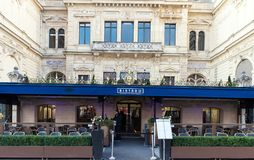 I bistrot francesi tradizionali 25 del caffè sul viale di Champs-Elysees, Parigi, Francia Fotografia Stock