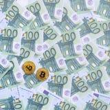 I bitcoins fisici dorati è bugie su un insieme del deno monetario verde Immagine Stock Libera da Diritti
