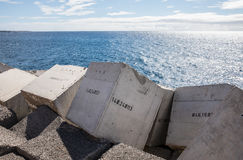 I blocchi in calcestruzzo hanno numerato nel molo di Los Cristiano fotografie stock