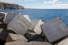 I blocchi in calcestruzzo hanno numerato nel molo di Los Cristiano immagini stock libere da diritti
