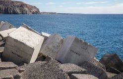I blocchi in calcestruzzo hanno numerato nel molo di Los Cristiano immagini stock
