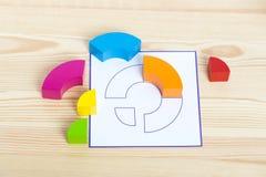 I blocchi di legno colorati si trovano vicino al modello che deve essere ripetuto Blocchi di legno colorati, cubi, configurazione Fotografie Stock