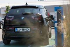 I3 BMW elektryczny samochód ładuje przy elektrycznego samochodu ładuje stacją Zdjęcia Royalty Free